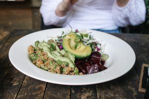Assiette de salade avec avocat, noix et pois rouges